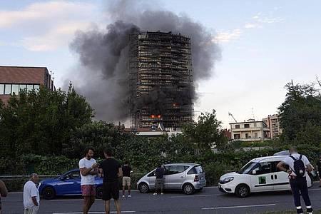 Ein Brand hat am Sonntagnachmittag ein Hochhaus am südlichen Stadtrand von Mailand zerstört. Foto: Luca Bruno/AP/dpa