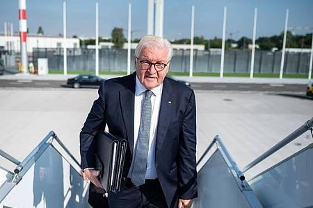 Bundespräsident Frank-Walter Steinmeier steigt am Flughafen Berlin-Brandenburg in ein Flugzeug der Bundeswehr. Foto: Bernd von Jutrczenka/dpa