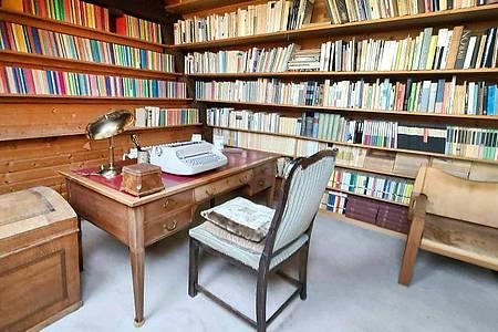 Bücher über Bücher und der Schreibtisch mit Schreibmaschine der Schriftstellerin Ingeborg Bachmann. Foto: Michael Walcher/APA/dpa