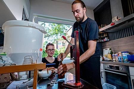 Das Ehepaar Wiebke und Andreas Melcher, Hobby-Bierbrauer, produziert in ihrer heimischen Küche Bier für einen Wettbewerb der am 11. September in Mecklenburg-Vorpommern stattfindet. Foto: Axel Heimken/dpa