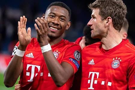 David Alaba (l) macht in der Innenverteidigung des FC Bayern einen starken Job. Foto: Sven Hoppe/dpa