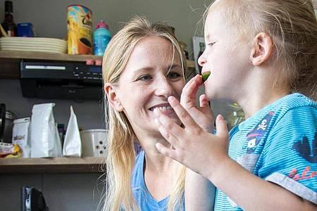 Wer Kinder beim Kochen mithelfen lässt, führt sie spielerisch an den Geschmack von Gemüse und Co. heran. Foto: Christin Klose/dpa-tmn