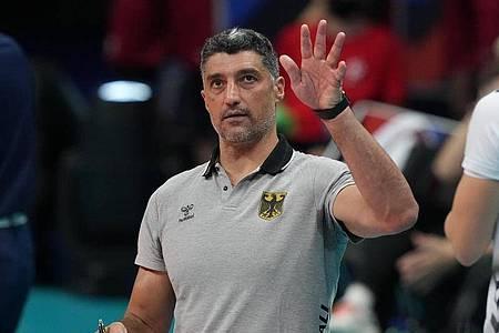 Strebt mit den deutschen Volleyballern einen Sieg über Italien an: Trainer Andrea Giani. Foto: Roman Koksarov/dpa