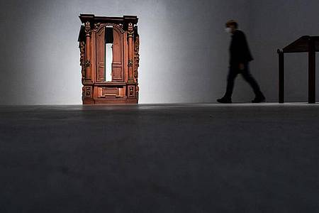 Der Tora-Schrein aus der Kleinen Synagoge in Würzburg (Mitte 18. Jahrhundert) in der Ausstellung «1700 Jahre jüdisches Lebens in Deutschland» in Köln. Foto: Rolf Vennenbernd/dpa