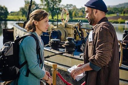 Szene von «Ein Sommer an der Moldau»: Tomasz (Marco Cindric) begrüßt Sophie (Alina Levshin) zur Moldau-Kreuzfahrt. Foto: Stanislav Honzik/ZDF/dpa