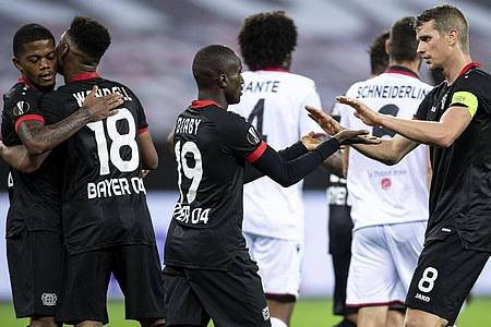 Moussa Diaby (M) durfte sich als dritter Bayer-Torschütze feiern lassen. Foto: Marius Becker/dpa