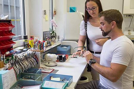 Bohren, schleifen, löten: In der Werkstatt lernen angehende Augenoptiker die handwerklichen Seiten ihres Berufs. Foto: Heike Skamper/ZVA/dpa-tmn