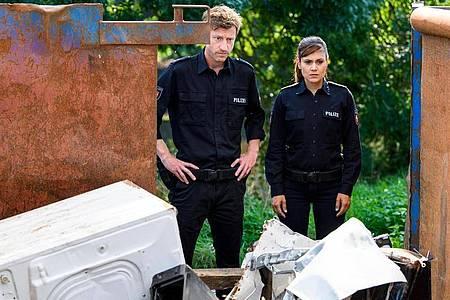 Henk Cassens (Maxim Mehmet) und Süher Özlügül (Sophie Dal) sind bestürzt als sie sehen, wer da tot im Container liegt. Foto: Willi Weber/ZDF/dpa