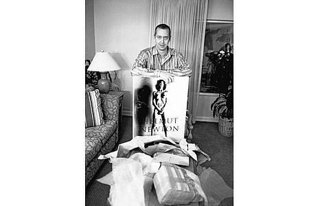 Benedikt Taschen mit dem Handmade-Dummy von SUMO, als er 1997 zum ersten Mal Helmut und June Newton seine Idee vorstellte. Foto: Helmut Newton/The Helmut Newton Estate/Maconochie Photography/dpa