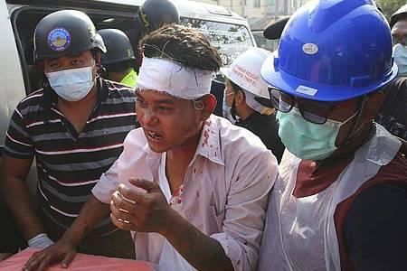 Gummigeschosse und scharfe Munition gegen friedliche Demonstranten: Berichten zufolge versucht die Militärjunta in Myanmar immer brutaler, die Proteste imLand niederzuschlagen. Foto: -/AP/dpa