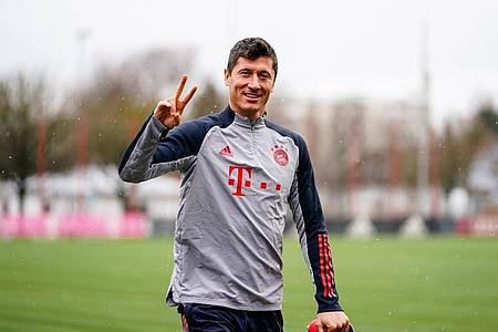 Er humpelt nicht: Robert Lewandowski kommt auf den Platz. Foto: Marco Donato/FC Bayern München AG/FCB/dpa