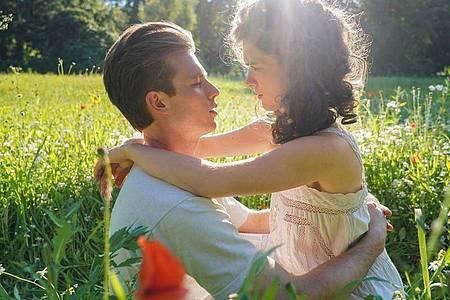 """Jannis Niewöhner (l) als Felix Krull und Liv Lisa Fries als Zaza in einer Szene des Films """"Bekenntnisse des Hochstaplers Felix Krull"""". Foto: -/Warner Bros/Bavaria Filmproduktion/dpa"""