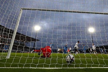 Der Ball liegt nach dem Schuss von Leroy Sané (nicht im Bild) zum 0:3 im Tor von Islands Torwart Torwart Hannes Halldorsson (l). Foto: Christian Charisius/dpa