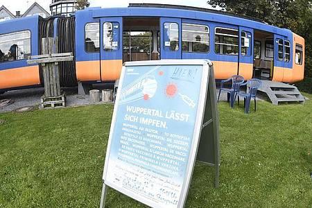 Auch die Stadt Wuppertal macht ihren Bürgern nun niedrigschwellige Impfangebote. Als Ort hierfür wurde etwa ein stillgelegter Schwebebahnwagen auf einem Spielplatz ausgewählt. Foto: Roberto Pfeil/dpa