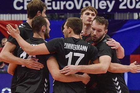 Die deutschen Spieler bejubeln einen Punktgewinn, scheitern am Ende aber an Italien. Foto: Ožana Jaroslav/CTK/dpa