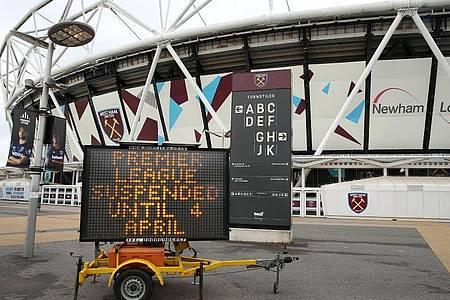 Noch ruht der Ball: Eine Anzeige informiert vor dem dem Heimatstadion von West Ham United über das Aussetzen der Spiele. Foto: Steven Paston/PA Wire/dpa