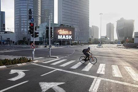 Eine riesige Straßenkreuzung in Tel Aviv - und weit und breit kein Auto. Die weltweiten Lockdowns haben den CO2-Ausstoß deutlich gedrückt. Foto: Oded Balilty/AP/dpa