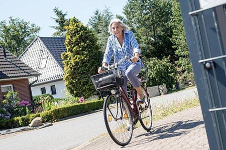 Für Menschen mit Hüftarthrose sind Radfahren und andere gelenkschonende Sportarten ideal. Foto: Christin Klose/dpa-tmn