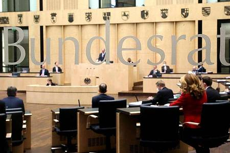 Abgeordnete der Länder nehmen an der Bundesratssitzung teil. Foto: Wolfgang Kumm/dpa