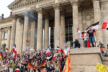 Bei einer Kundgebung gegen die Corona-Maßnahmen am Reichstagsgebäude im vergangenen August waren zahlreiche Reichsflaggen zu sehen. Foto: Achille Abboud/NurPhoto/dpa