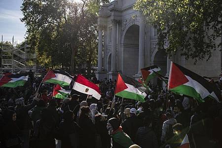 Demonstranten am Marble Arch in London mit der Fahne der Palästinenser. Foto: May James/SOPA Images via ZUMA Wire/dpa