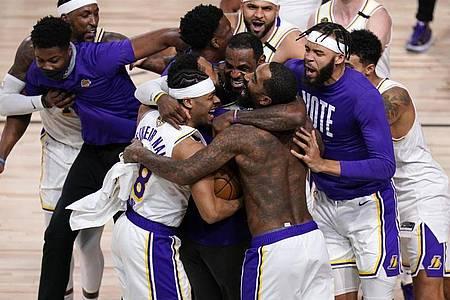 Die Spieler der Los Angeles Lakers feiern den Titel. Foto: John Raoux/AP/dpa