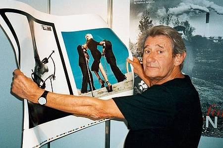 Helmut Newton prüft einen Druckbogen während der Frankfurter Buchmesse, 1999. Foto: Taschen/dpa