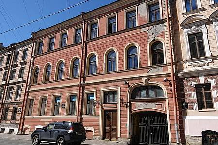 In der Baskow-Gasse 12 wuchs Wladimir Putin in einer Gemeinschaftswohnung auf. Auf derselben Straßenseite befand sich auch seine Schule. Foto: Ulf Mauder/dpa