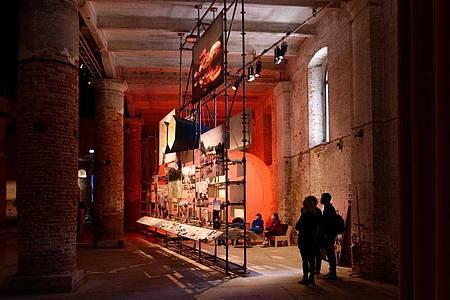 Die Installation «Instances of Urban Practice» (Beispiele städtischer Praxis) des Berliner Architekten-Kollektivs Raumlaborberlin im Arsenale der Architekturbiennale. Foto: raumlaborberlin/dpa