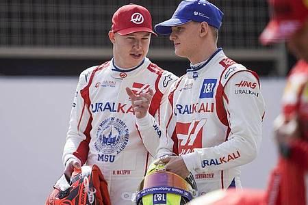 Nikita Masepin (l) und Mick Schumacher sind Formel-1-Teamkollegen beim Haas-Team. Foto: James Gasperotti/ZUMA Wire/dpa