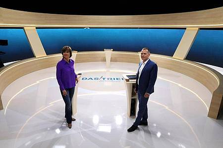 Die Moderatoren Maybrit Illner (ZDF) und Oliver Köhr (ARD) im Studio Berlin Adlershof. Foto: Wolfgang Kumm/dpa