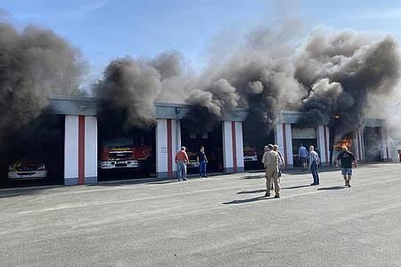 In Olsberg im Hochsauerlandkreis brannte ein Feuerwehrfahrzeug in der Halle. Foto: Edgar Schmidt/Feuerwehr Olsberg/dpa