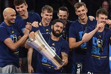 Holten 2020 neben der Meisterschaft auch den Pokal: Die Basketballer von Alba Berlin. Foto: Christof Stache/AFP-Pool/dpa