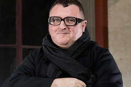 Alber Elbaz` Vision war Mode, die mit Technologie Hand in Hand geht. Foto: Etienne Laurent/EPA/dpa