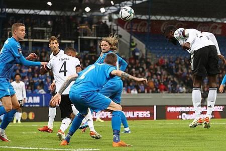 Antonio Rüdiger (r) köpft zum 2:0 ein. Foto: Christian Charisius/dpa