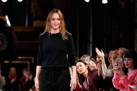 Stella McCartney bei einer Fashion-Show 2018 in Paris. Foto: Christophe Ena/AP/dpa