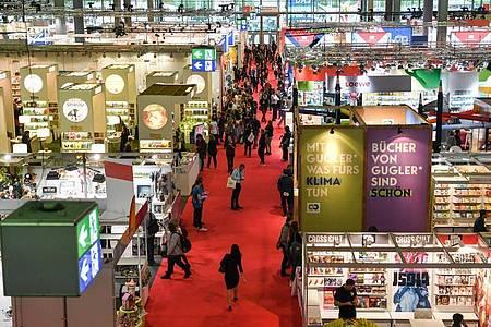 Blick über eine Ausstellungshalle der Frankfurter Buchmesse. Foto: Jens Kalaene/dpa-Zentralbild/dpa