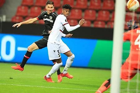 Lucas Alario erhöhte noch vor der Pause auf 2:0 für die Werkself. Foto: Wolfgang Rattay/Reuters-Pool/dpa