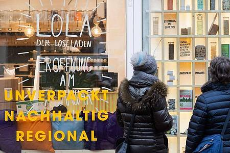 Passanten stehen vor einem Geschäft in Hannover. Foto: Julian Stratenschulte/dpa
