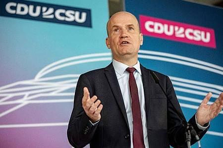 Ralph Brinkhaus, Vorsitzender der CDU/CSU Bundestagsfraktion, spricht bei einem Pressetermin vor Beginn der Sitzung der CDU/CSU Bundestagsfraktion. Foto: Michael Kappeler/dpa