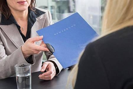 Kind unterwegs? Das geht künftige Arbeitgeber erstmal gar nichts an - wenn Bewerberinnen darüber nicht sprechen wollen. Foto: Christin Klose/dpa-tmn