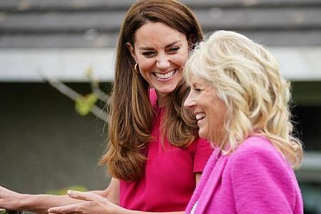 Herzogin Kate (l) und First Lady Jill Biden beim G7-Gipfel in Cornwall. Foto: Aaron Chown/PA Wire/dpa