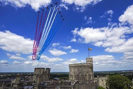 Die Red Arrows, das Kunstflugteam der Royal Air Force, fliegen über Schloss Windsor. Foto: Steve Parsons/PA Wire/dpa