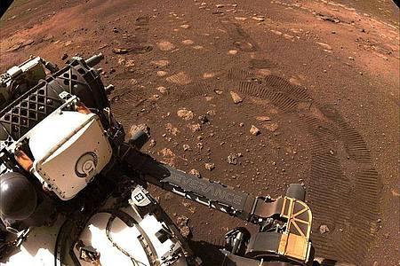 Der Rover «Perseverance» der NASA fährt über den Planeten Mars. Foto: Nasa/ZUMA Wire/dpa