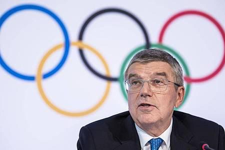 hält das Festhalten an der planmäßigen Austragung der Olympischen Spiele für gerechtfertigt: IOC-Chef Thomas Bach. Foto: Jean-Christophe Bott/KEYSTONE/dpa