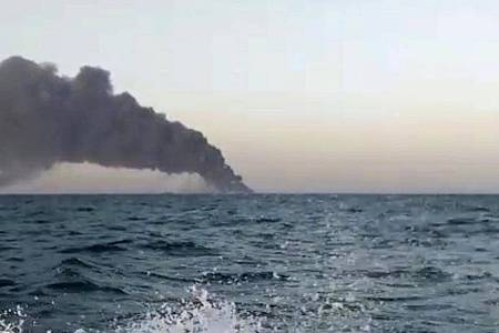 Standbild aus einem Video: Schwarzer Rauch steigt von dem iranischen Marine-Unterstützungsschiff Kharg im Golf von Oman auf. Foto: Uncredited/ASRIRAN.COM via AP/dpa