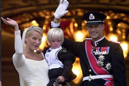 Kronprinz Haakon und Kronprinzessin Mette-Marit gemeinsam mit Marius, dem damals vierjährigen Sohn von Mette-Marit, nach ihrer Hochzeit. Foto: Martin Athenstädt/dpa