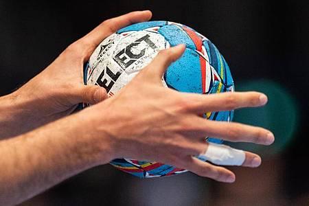 Die Vertreter der 39 Vereine der Handball-Bundesligen haben bei der Mitgliederversammlung den Neustart beraten. Foto: Robert Michael/dpa