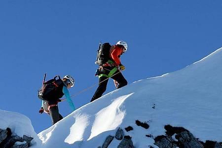 In diesem Beruf wird man mit Traumkulissen belohnt: Der angehende Bergführer Manuel Haff übt auf einer Trainingstour nahe des Aggenstein im Tannheimer Tal das Führen am kurzen Seil. Foto: Angelika Warmuth/dpa-tmn