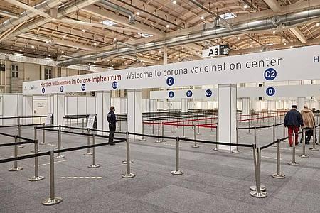 Der Eingangsbereich des Corona-Impfzentrums in den Messehallen in Hamburg. Der Städtetag fordert mehr Tempo beim Impfen in Deutschland. Foto: Georg Wendt/dpa